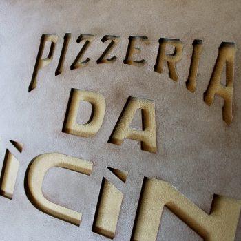 大人気イタリアンレストランのメインサイン